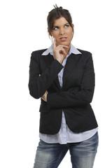 Junge Frau im Bürooutfit schaut nach oben