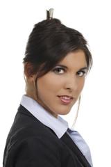 Junge Frau im Bürooutfit schaut skeptisch