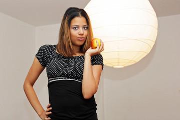 Mädchen mit Apfel