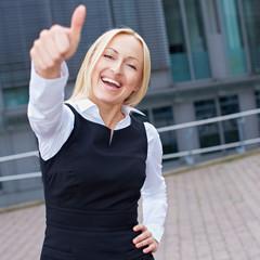 Jubelnde Geschäftsfrau hält Daumen hoch