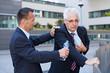 Mann hilft Senior mit Herzanfall