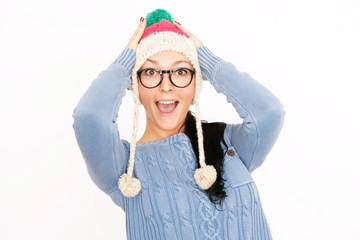 Junge Frau mit Mütze und Brille