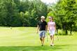Junges sportliches Paar beim Golfen am Golfplatz