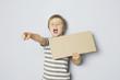 Zorniger Junge hält Schild mit Textfreiraum