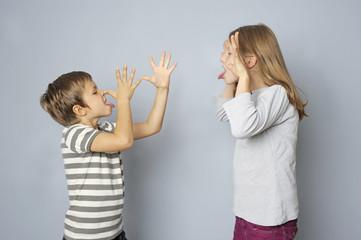 Zwei Kinder, Bruder und Schwester, sind frech