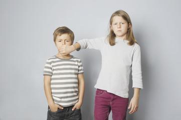 Zwei Kinder, Bruder und Schwester haben Streit