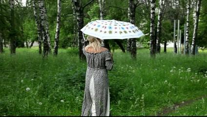 Беременная женщина с зонтом идёт на встречу к любимому мужчине