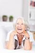 lächelnde seniorin liegt entspannt auf dem sofa