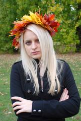 Frau mit Krone aus Blättern