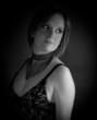 portrait et regard de femme en noir et blanc