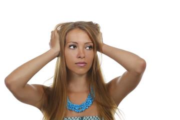 Junge Frau fasst sich in die Haare