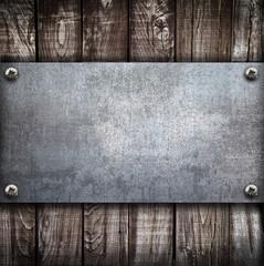 piastra metallica su legno