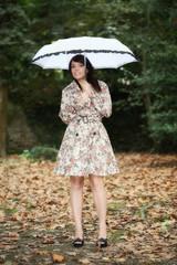 Ragazza nel bosco con ombrello