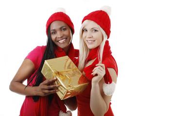 Afrikanerin und Europäerin mit Weihnachtsgeschenk
