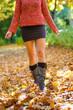 Frau im Herbstlaub
