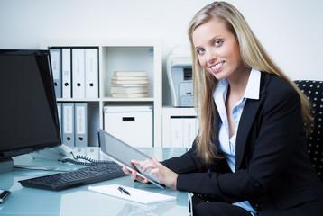 sekretärin arbeitet mit einem tablet pc