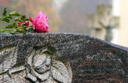 Leinwanddruck Bild Grabstein mit Rose, Friedhof, Copy space