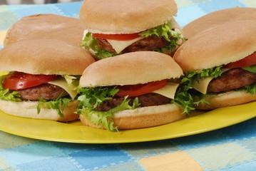 Varias hamburguesas en un plato.