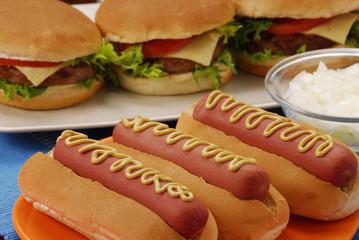 Hamburguesas y perro caliente en una mesa,comida rápida.