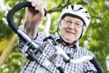 seniior mit fahrrad