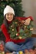 Joven mujer adornando la casa de navidad,árbol de navidad.