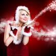 junge blonde Weihnachtsfrau mit Sternchenstaub