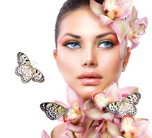 Piękna dziewczyna z kwiatów orchidei i motyli