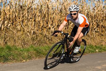 Rennradfahrer im downhill