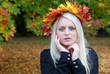 Frau liebt den Herbst