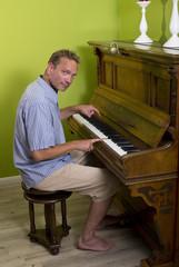 Ein Mann spielt Klavier
