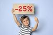 Kind macht Werbung für einen Rabatt