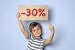 Kind hält Schild mit Typo -30%
