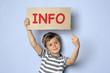 Kind hält Schild mit Info-Angebot
