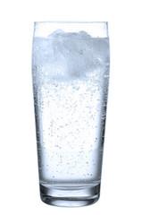 Glas mit Mineralwasser vor weiß