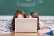 zwei schülerinnen schauen auf den laptop