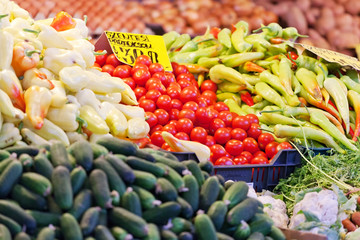 Tomatoes and other vegetables on a supermarket counter