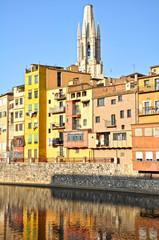 Girona, casas colgadas del río Oñar y torre de Sant Feliu