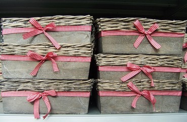6 identische Holzkorbchen mit rot-weiß karierten Schleifen