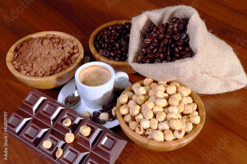 Tazzina di caffè con cioccolato e nocciole