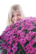 Riesiger Blumenstrauß mit kleinem Mädchen