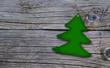 Weihnachtsbäumchen auf Holzuntergrund