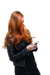 Coole Rothaarige benutzt Smartphone