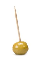 Aceituna pinchada en un palillo sobre un fondo blanco