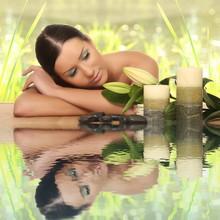 Kobieta, relaks w spa, z refleksji nad wodą