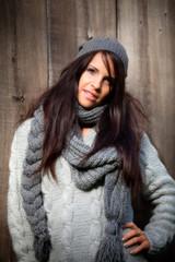modella con maglione grigio
