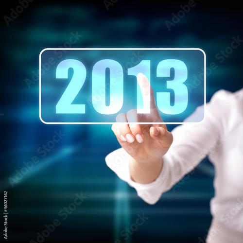 junge Frau drückt auf 2013 Button
