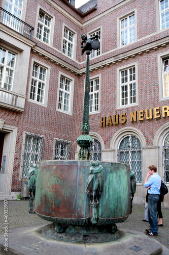 Leinwanddruck Bild Karnevalsbrunnen vor Haus Neuerburg