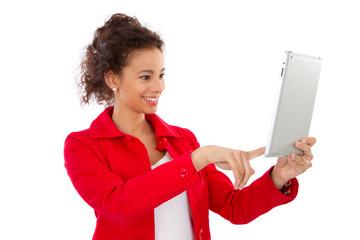Junge Frau fotografiert sich mit einem PC