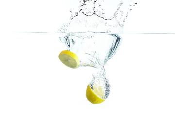 Zitrone ins Wasser geworfen