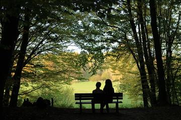 Mutter und Kind entspannen im Park